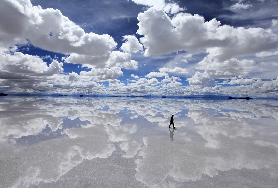 walking-on-clouds-salt-flat-illusion