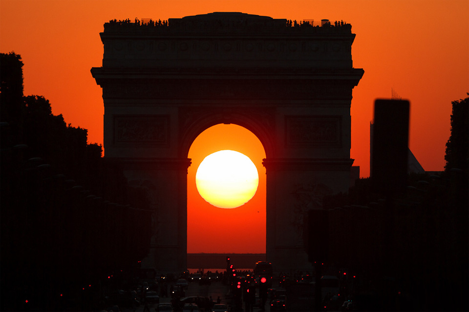 sunset-in-the-middle-of-arc-de-triomphe-paris.jpg