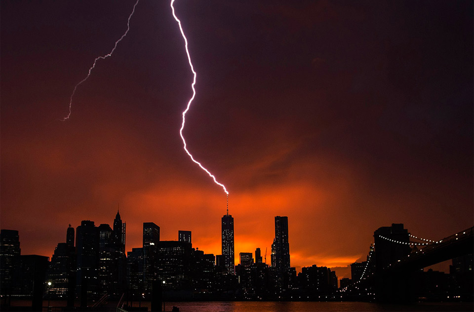 lightning-strikes-one-world-trade-center,-new-york