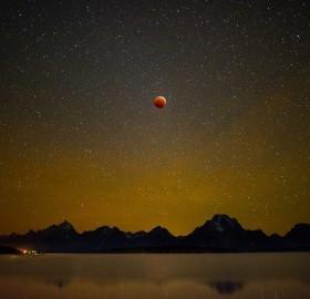 blood moon over jackon lake