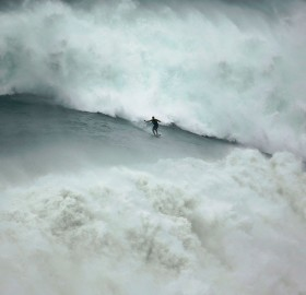 Riding Huge Wave, Portugal